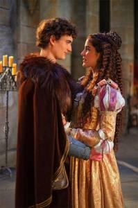 """Jsou na fotografii č.12 princezna Beatrix a její vyvolený, kovář Tomáš, který se po domluvě s princem Matějem za něho vydával ve filmové pohádce """"Láska na vlásku""""? (náhled)"""