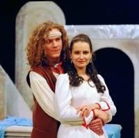 """Jsou na obrázku č.16 student Adam a komteska Adélka z filmové pohádky """"Duhová hora""""? (náhled)"""