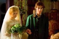 """Jsou na fotografii č.18 princezna Růženka a královský zahradník Janek, který ji polibkem probudil ze stoletého spánku ve filmové pohádce """"O Šípkové Růžence""""? (náhled)"""