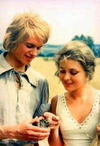 """Jsou na obrázku č.2 Honza, kterého máma poslala do světa na zkušenou a Mařenka, děvče, do kterého se Honza zamiloval ve filmové pohádce """"Honza málem králem""""? (náhled)"""