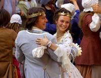 """Tančí na fotografii č.5 mladý královský pár – král Tadeáš a královna Mariana z filmové pohádky """"Kouzla králů""""? (náhled)"""