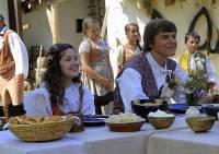 """Jsou na fotografii č.6 dívka Maruška, kterou zlá macecha a nevlastní sestra poslaly pro fialky, jahody a jablka ke dvanácti měsíčkům a její ženich, mládenec Karel z filmové pohádky """"O dvanácti měsíčkách""""? (náhled)"""