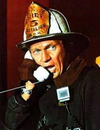 """Je na obrázku č.13 velitel městské hasičské jednotky v San Franciscu Michael O´Hallorhan z filmu """"Skleněné peklo""""? (náhled)"""