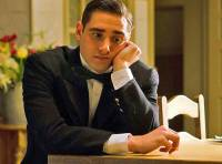 """Je na fotografii č.19 číšník Julio Olmeda, který hledá v hotelu svoji nezvěstnou sestru Cristinu ze seriálu """"Grand hotel""""? (náhled)"""
