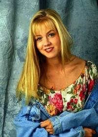 """Je na obrázku č.4 studentka školy West Beverly Hills High, kamarádka Brendy Walshové, krásná, ale namyšlená Kelly Taylorová ze seriálu """"Beverly Hills 90210""""? (náhled)"""