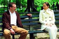 """Je sedící dvojicí na lavičce v parku na obrázku č.13 Marisa Ventura, pokojská v hotelu """"Bersford"""", která je matkou 10-letého syna Tye a hotelový host, bohatý kandidát na senátora Christopher Marshall z filmu """"Krásná pokojská""""? (náhled)"""