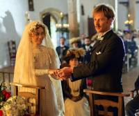 """Jsou na fotografii č.15 snoubenci – Lady Edith Crawleyová, dcera hraběte z Granthamu a Sir Anthony Strallan ze seriálu """"Panství Downton""""? (náhled)"""