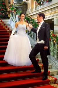 """Je zamilovaný mladý muž stojící na schodišti Leopold, korunní princ Cordinie a jeho vyvolená – šikovná švadlena, dcera proslulého krejčovského mistra z Philadelphie Emily Taylorová z filmu """"Královské Vánoce""""? (náhled)"""