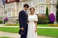 """Je na fotografii č.18 mladá vévodkyně Sarah Whitfieldová a její vyvolený, šikovný zlatník William Irwing ze seriálu """"Klenoty""""? (náhled)"""