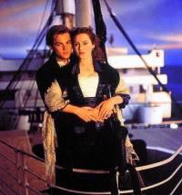 """Je na obrázku zamilovaná dvojice – Rose de Winslet, dívka cestující v luxusním apartmá, ale ve společnosti bohatých se necítila šťastná a Jack Dawson, chudý malíř, který svůj lodní lístek do kajuty 3. třídy vyhrál v pokeru z filmu """"Titanic""""? (náhled)"""