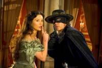 """Je na fotografii č.5 Alejandro Murrieta – Zorro a jeho manželka Elena, dcera bývalého Zorra, Diega de la Vegy z filmu """"Legenda o Zorrovi""""? (náhled)"""