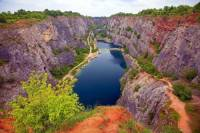 """Ve které chráněné krajinné oblasti se nachází vápencový lom Velká Amerika na obrázku č.12, kterému se říká """"český Grand Canyon""""? (náhled)"""