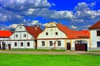 """Jak se jmenuje vesnice na obrázku č.9? Zdejší unikátní soubor budov ve stylu """"selského baroka"""" ze 70. let 19. století tvoří jedinečný celek, který je vesnickou památkovou rezervací a roku 1998 byl zapsán do Seznamu světového kulturního dědictví UNESCO. (náhled)"""