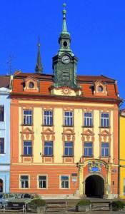 Historická radnice na obrázku č.11 se nachází ve městě: (náhled)