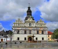 Renesanční radnice na fotografii č.12 stojí na náměstí města: (náhled)