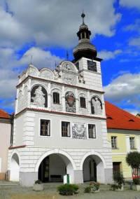 Historická radnice na obrázku č.15 se nachází ve městě: (náhled)