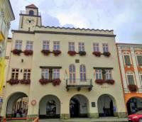 Radnice na obrázku č.23 stojí na náměstí města: (náhled)