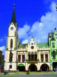 Radnice na fotografii č.6 stojí na náměstí města: (náhled)