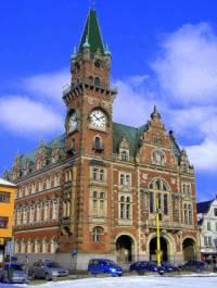 Radnice na fotografii č.12 stojí na náměstí města: (náhled)