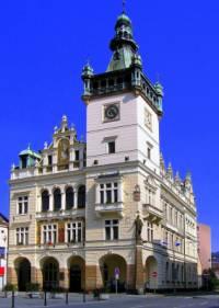 Jak se jmenuje město, ve kterém je radnice na fotografii č.16? (náhled)