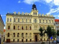 Radnice na fotografii č.18 stojí na náměstí města: (náhled)