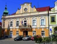 Barokní budova radnice na fotografii č.22 se nachází ve městě: (náhled)