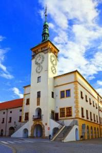 Radnice na fotografii č.24 stojí na náměstí města: (náhled)