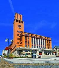 Radnice na obrázku č.4 byla postavena ve městě: (náhled)