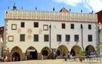 Historická radnice na fotografii č.5 se nachází ve městě: (náhled)