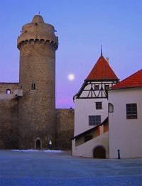Na fotografii č.12 je historická stavba ve městě (náhled)