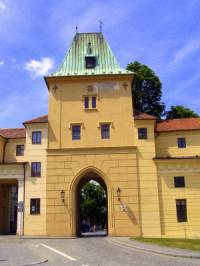 Historická stavba na obrázku č.15 se jmenuje a nachází se ve městě: (náhled)