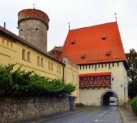 Jak se jmenují a ve kterém městě se nacházejí historické stavby na fotografii č.25? (náhled)