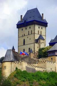 Nad stejnojmenným městečkem se vypíná věž hradu na fotografii č.2. Jak se hrad jmenuje? (náhled)