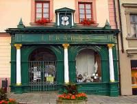 Jaký má název a ve kterém městě se nachází historická lékárna na fotografii č.11? (náhled)