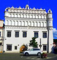 Jak se jmenuje a ve kterém městě se nachází historická stavba na fotografii č.16? (náhled)