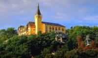 Na fotografii č.17 se nachází historická stavba, která je dominantou města: (náhled)