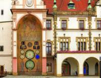 Na obrázku č.6 je historická stavba ve městě: (náhled)
