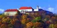 Hrad stojící na stejnojmenném kopci na obrázku č.13 je dominantou a symbolem města:  (náhled)