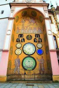 Orloj na obrázku č.15 je symbolem města: (náhled)