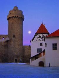 Hradní věž na obrázku č.16 je dominantou a architektonickým symbolem města:  (náhled)