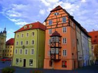 Uskupení původně gotických domů Špalíček na fotografii č.2 je symbolem architektury města: (náhled)
