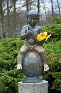 Socha malého nahého chlapečka na fotografii č.4 je symbolem města: (náhled)