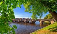 Kamenný most na fotografii č.6 je architektonickým symbolem města: (náhled)