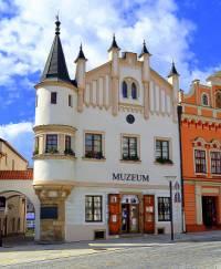 Jaký má název a ve kterém městě se nachází historická stavba na fotografii č.11? (náhled)