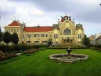 Na obrázku č.19 je historická stavba ve městě: (náhled)