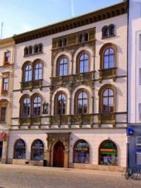 Historická stavba na obrázku č.20 se jmenuje a nachází se ve městě: (náhled)