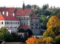 Na fotografii č.24 se nachází historická stavba, která je dominantou města: (náhled)