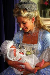 Na fotografii č.2 je královna: (náhled)
