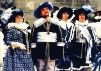 Jak se jmenuje království, z kterého pochází královská rodina na fotografii č.8 ? (náhled)