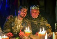 Jak se jmenuje král na obrázku č.13 - otec prince, po kterém má korunní princ usednout na jeho trůn? (náhled)